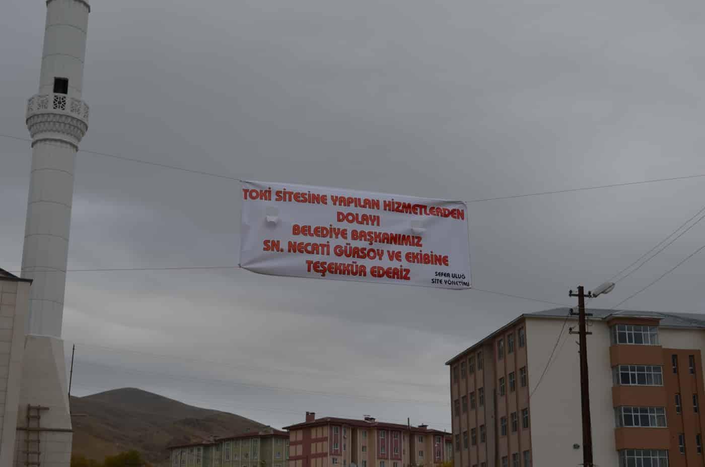 Adilcevaz TOKİ Yönetiminden Belediye Başkanına Pankartlı Teşekkür