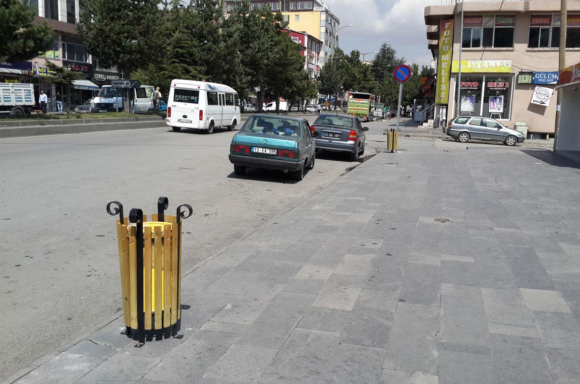 Tatvan'da Caddelere Yeni Çöp Kutuları Yerleştirildi