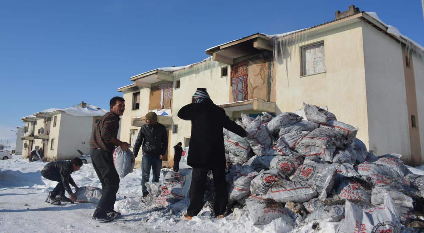 Tatvan'da Suriyeli Ailelere Kömür Dağıtıldı