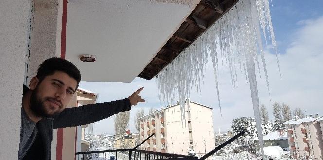 Çatılarda iki metrelik buz sarkıtları oluştu