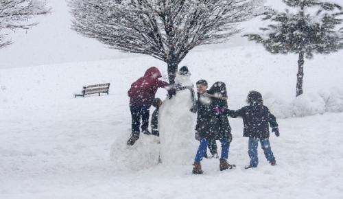 Çocuklar kar yağışını eğlenceye çevrildi