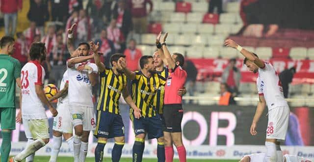Fenerbahçeli taraftarlar uçakta Cüneyt Çakır ve ekibini hedef aldı