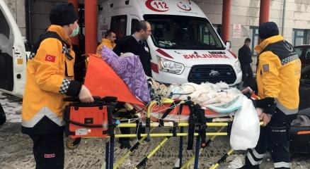 Karda mahsur kalan hastanın yardımına paletli ambulans yetişti haberi